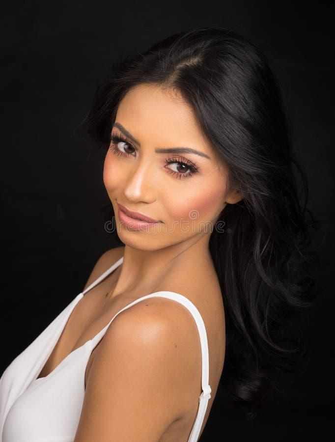 Cara bonita do ` s da mulher com cabelo escuro longo fotos de stock royalty free