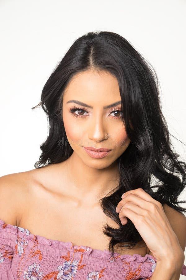 Cara bonita do ` s da mulher com cabelo escuro longo imagens de stock royalty free