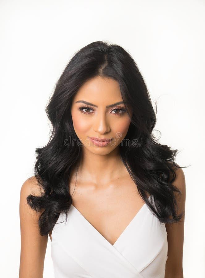 Cara bonita do ` s da mulher com cabelo escuro longo fotos de stock