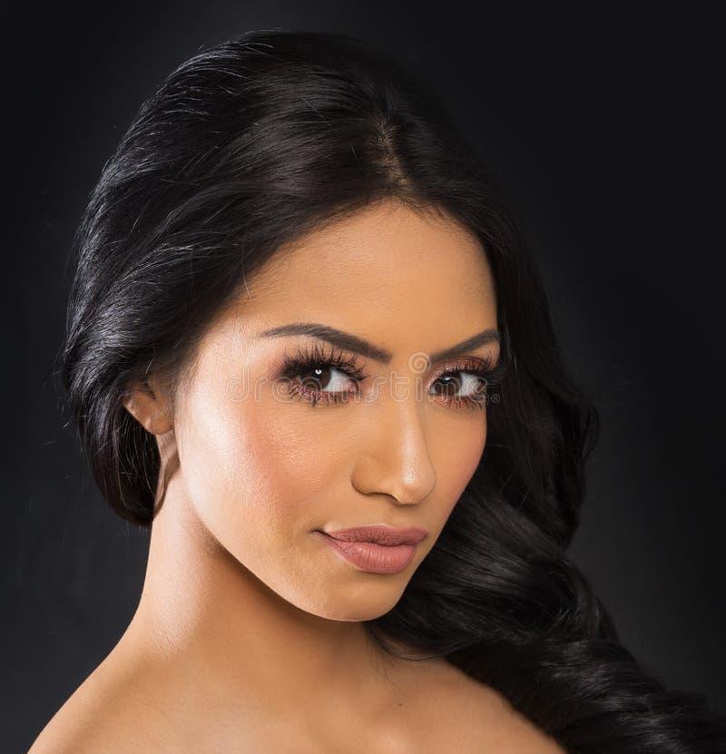 Cara bonita do ` s da mulher com cabelo escuro longo fotografia de stock