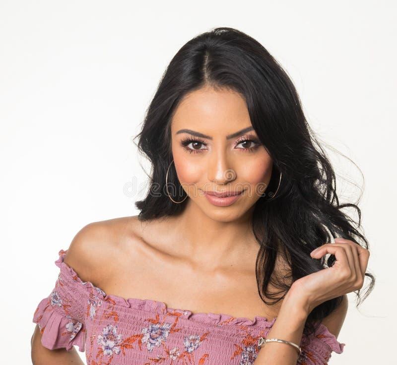 Cara bonita do ` s da mulher com cabelo escuro longo fotografia de stock royalty free