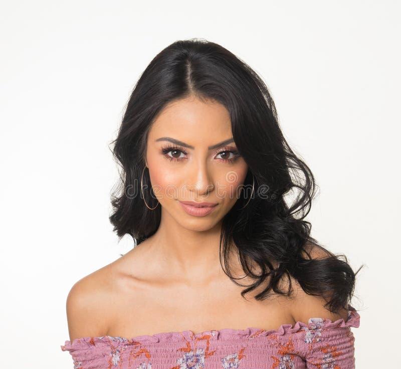 Cara bonita do ` s da mulher com cabelo escuro longo imagem de stock royalty free