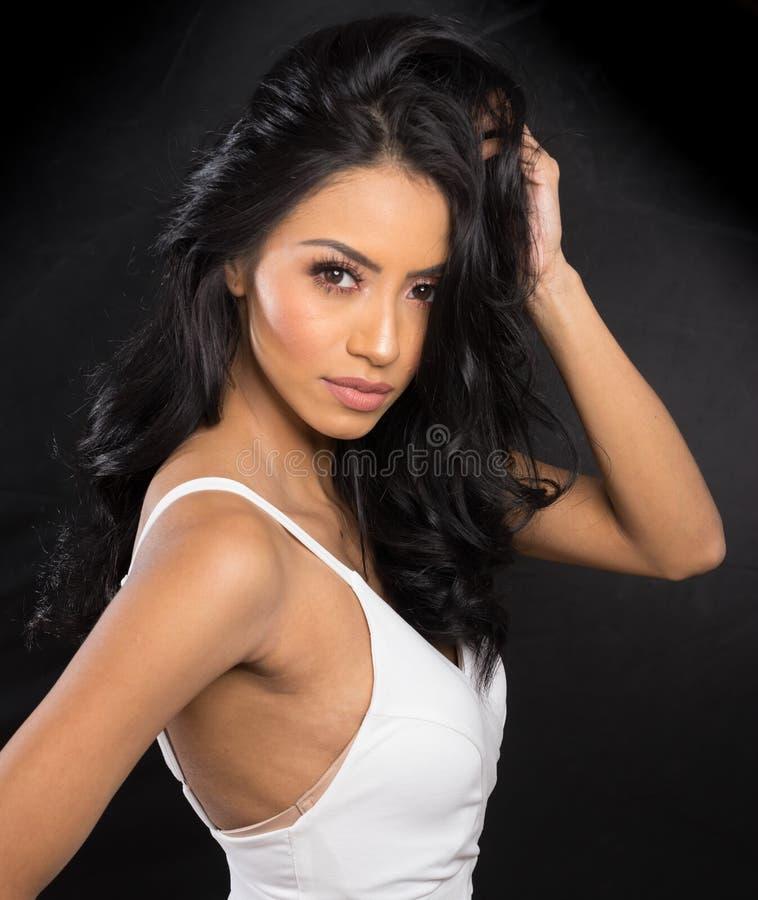 Cara bonita do ` s da mulher com cabelo escuro longo imagem de stock