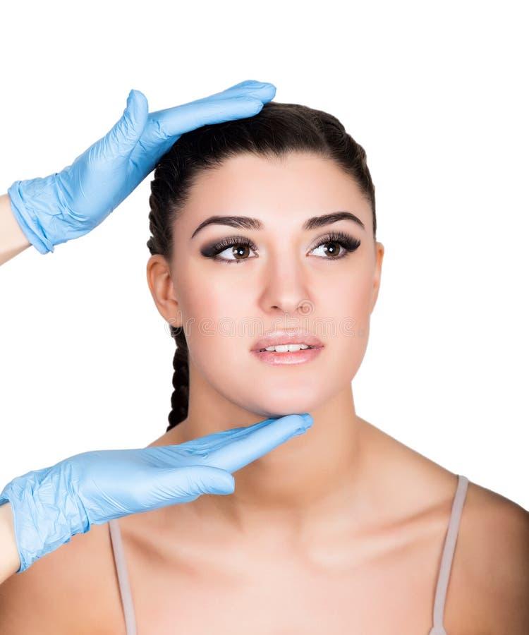 Cara bonita e seringa da jovem mulher que fazem a injeção Isolado sobre o fundo branco imagem de stock royalty free