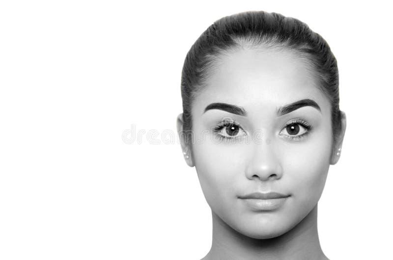 Cara bonita preto e branco da jovem mulher da raça misturada isolada imagem de stock royalty free