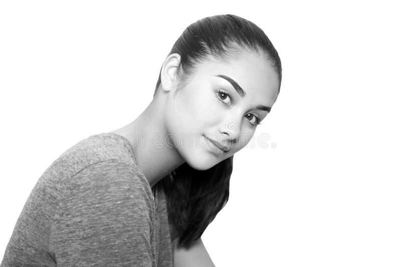 Cara bonita preto e branco da jovem mulher da raça misturada isolada foto de stock