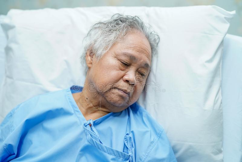 Cara brilhante superior ou idosa asi?tica do sorriso paciente da mulher da senhora idosa com sa?de forte ao encontrar-se na cama fotografia de stock