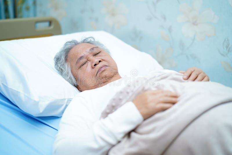 Cara brilhante superior ou idosa asi?tica do sorriso paciente da mulher da senhora idosa com sa?de forte ao encontrar-se na cama  fotos de stock royalty free