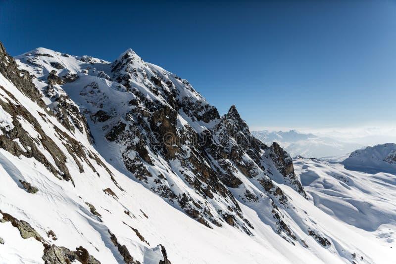 Cara coberto de neve da rocha da montanha foto de stock royalty free