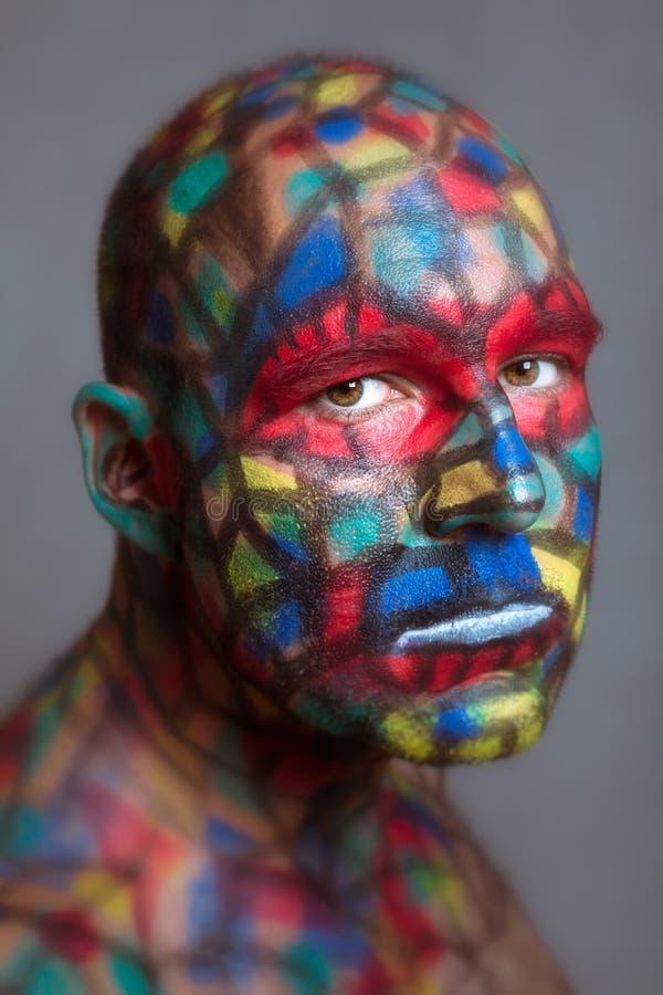 Cara colorida del malvado serio que le mira fotografía de archivo libre de regalías