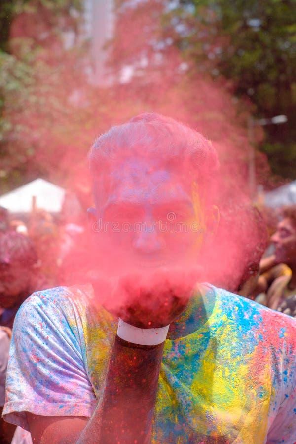 Cara colorida durante el festival de Holi imágenes de archivo libres de regalías
