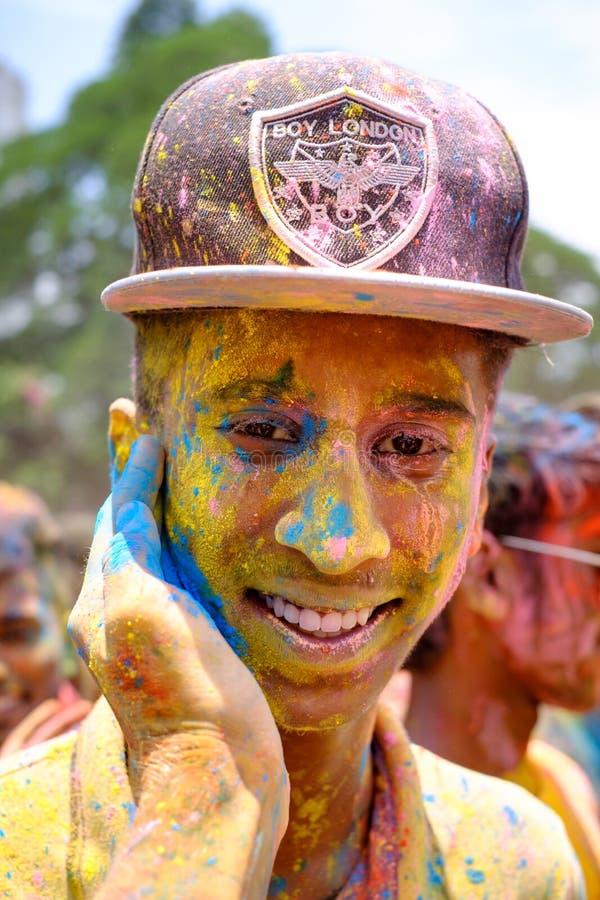 Cara colorida durante el festival de Holi foto de archivo