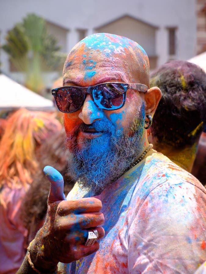 Cara colorida durante el festival de Holi fotos de archivo libres de regalías