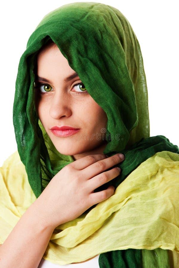 Cara con los ojos verdes y la bufanda fotografía de archivo libre de regalías