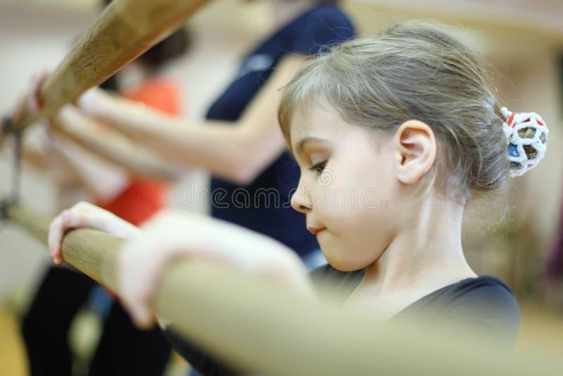 Cara concentrada de la niña en clase del ballet fotos de archivo