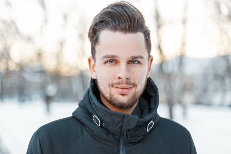 Cara considerável do ` s dos homens com cabelo e barba no dia ensolarado do inverno imagens de stock royalty free