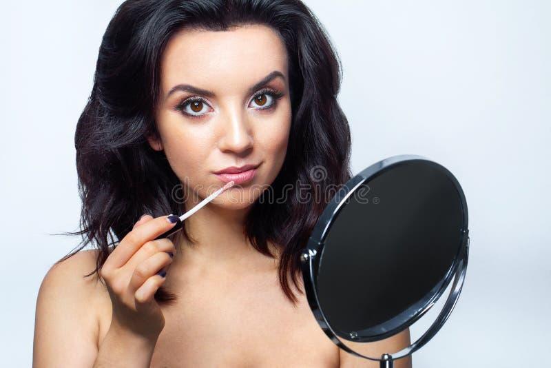 Cara da beleza da composição Fêmea glamoroso com cosméticos faciais fotos de stock