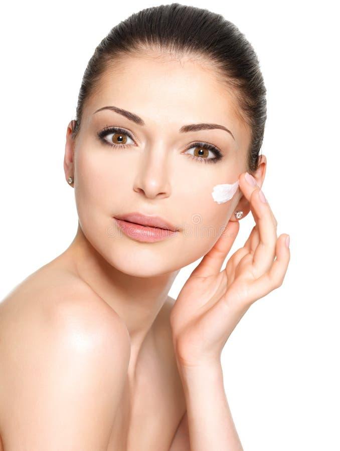Cara da beleza da mulher com creme cosmético na cara imagens de stock royalty free