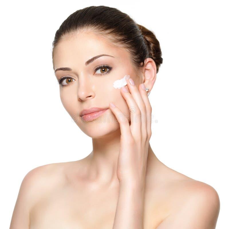 Cara da beleza da mulher com creme cosmético na cara foto de stock royalty free