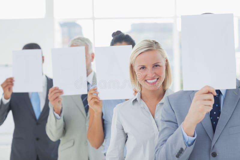 Cara da coberta da equipe do negócio com Livro Branco à exceção de um woma imagem de stock royalty free