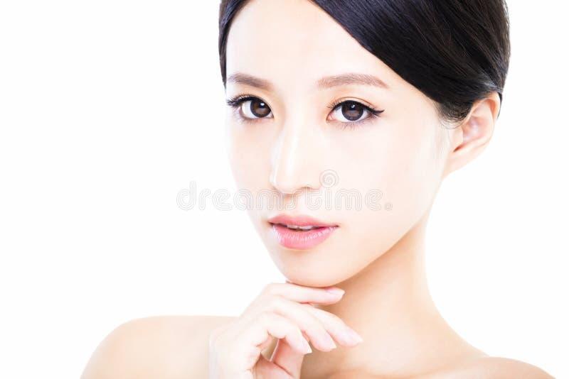 Cara da jovem mulher do close up com pele limpa imagens de stock