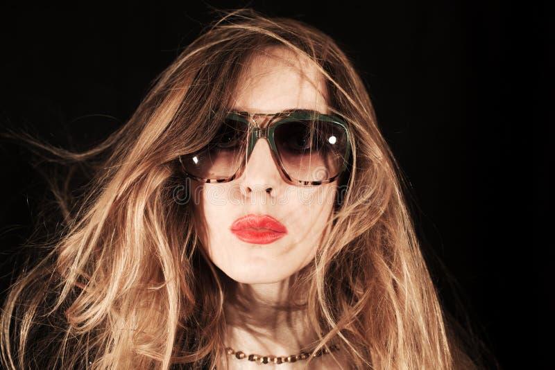 Cara da jovem mulher vestida nos óculos de sol fotografia de stock