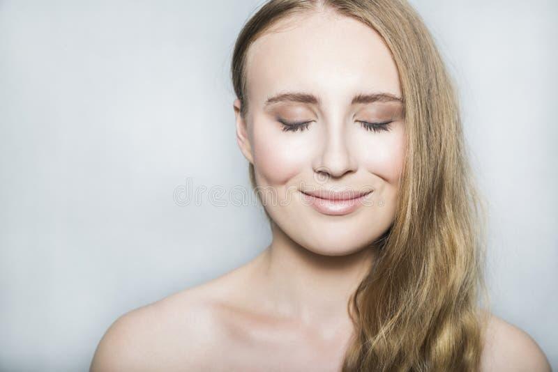 Cara da menina bonita loura nova com composição e cabelo longo foto de stock