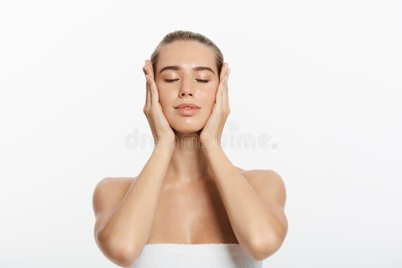 Cara da menina do modelo da beleza do close up com composição natural do nude e pele limpa Conceito facial do tratamento de Skinc imagens de stock royalty free