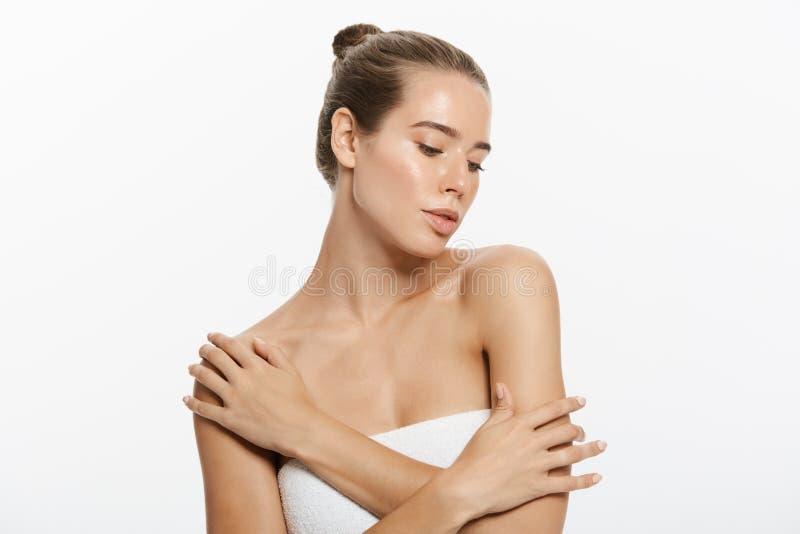 Cara da menina do modelo da beleza do close up com composição natural do nude e pele limpa Conceito facial do tratamento de Skinc foto de stock royalty free