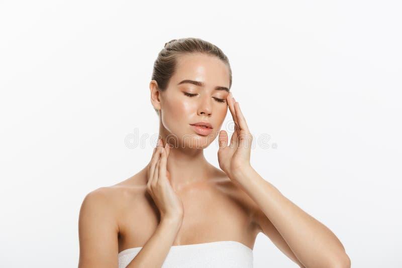 Cara da menina do modelo da beleza do close up com composição natural do nude e pele limpa Conceito facial do tratamento de Skinc foto de stock
