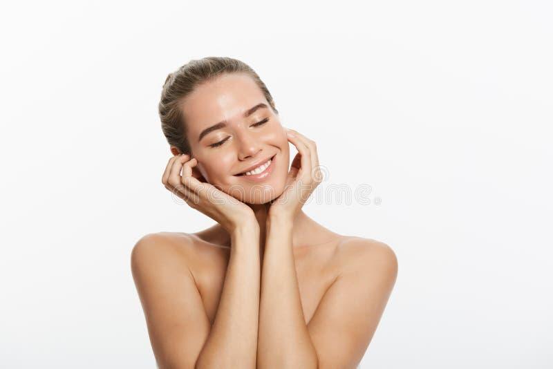 Cara da menina do modelo da beleza do close up com composição natural do nude e pele limpa Conceito facial do tratamento de Skinc imagem de stock