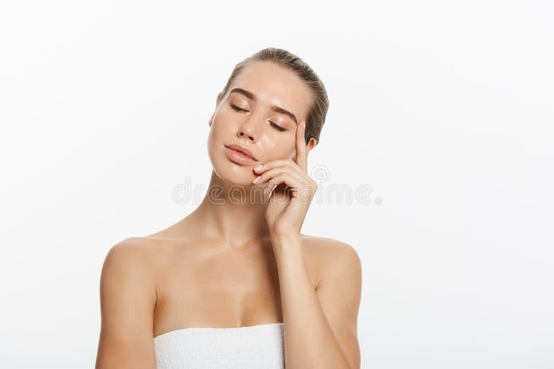 Cara da menina do modelo da beleza do close up com composição natural do nude e pele limpa Conceito facial do tratamento de Skinc fotografia de stock royalty free