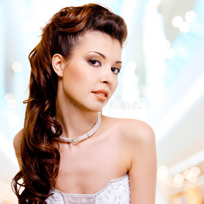 Cara da mulher bonita com penteado da fôrma e makeu do encanto imagem de stock royalty free