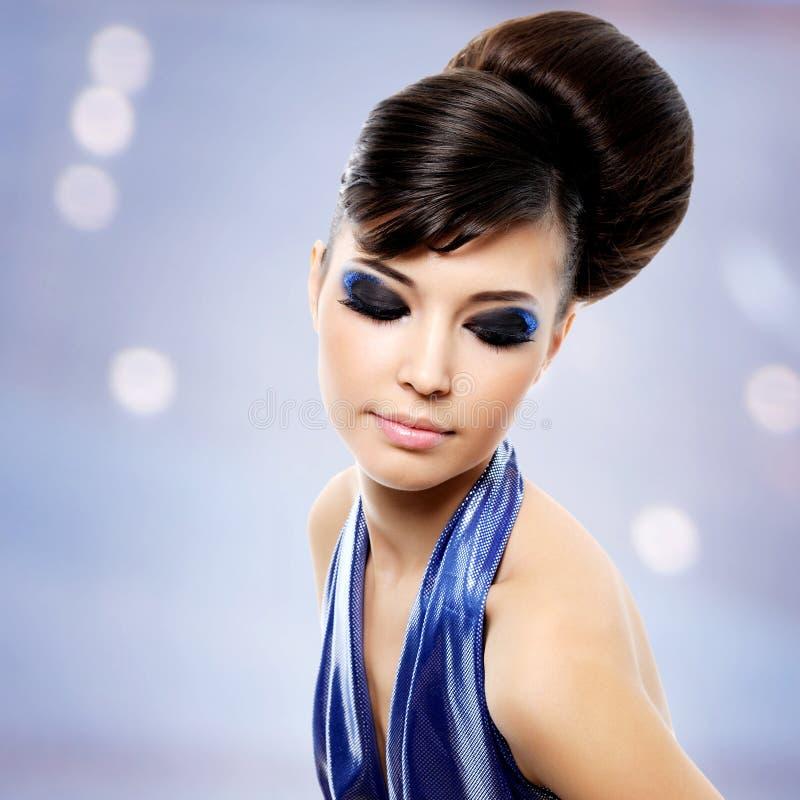 Cara da mulher bonita com penteado da forma e makeu do encanto fotografia de stock