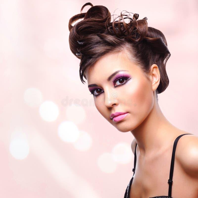 Cara da mulher bonita com penteado da forma e makeu do encanto fotografia de stock royalty free