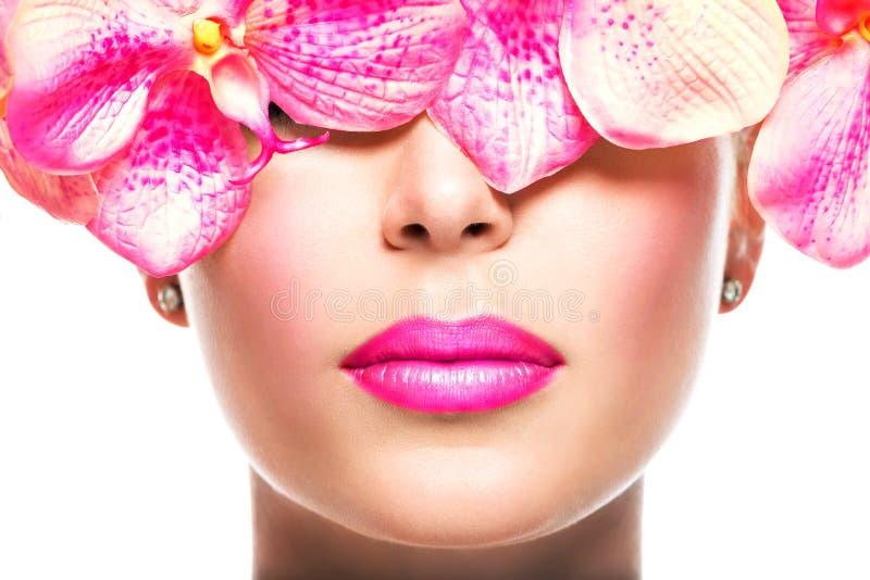 Cara da mulher com batom brilhante no bordos e flores cor-de-rosa imagens de stock