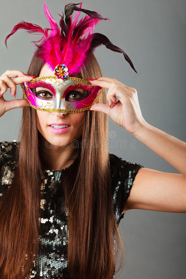 Cara da mulher com máscara do carnaval no cinza foto de stock royalty free