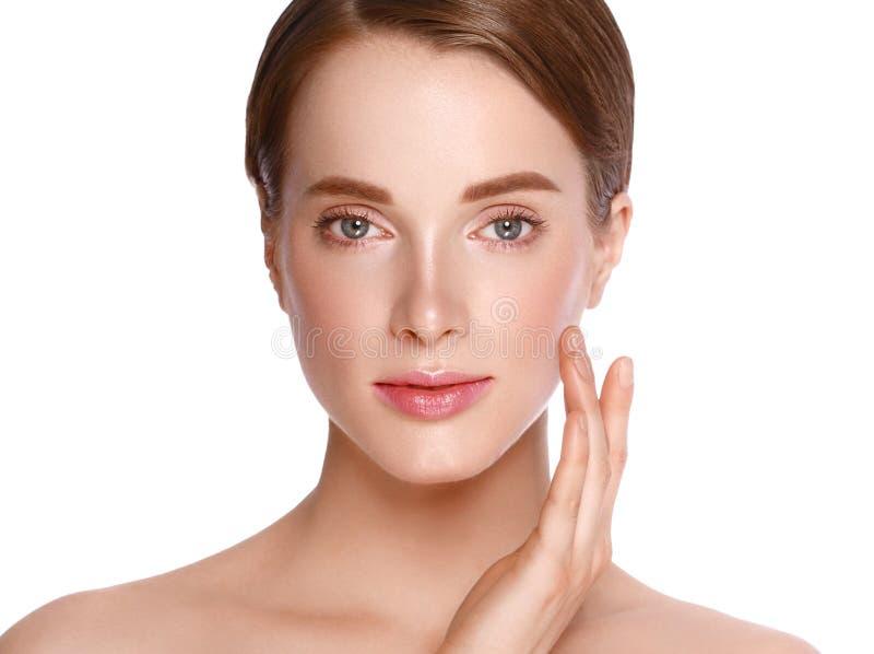 Cara da mulher da beleza com retrato da mão Isolado em um backg branco imagens de stock royalty free