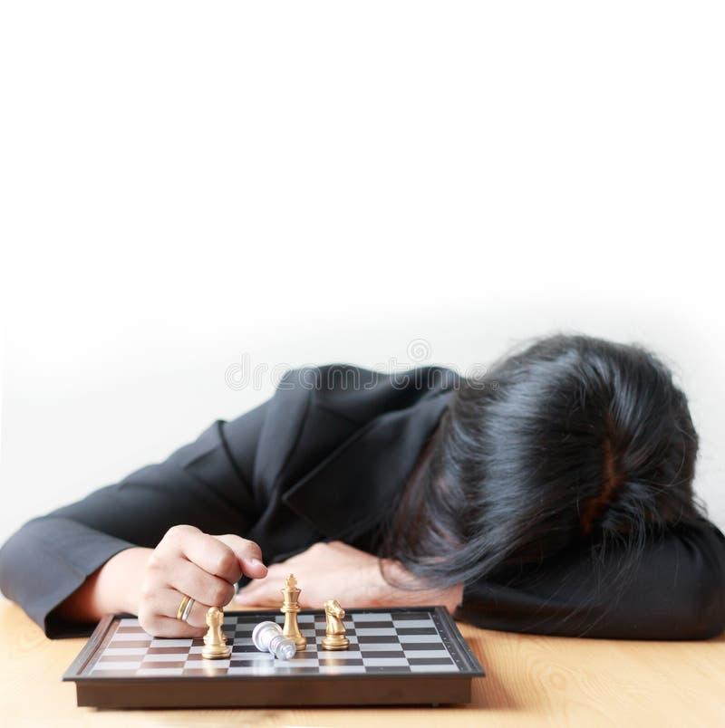 Cara da mulher de negócio para baixo na tabela que perde no jogo com xadrez foto de stock