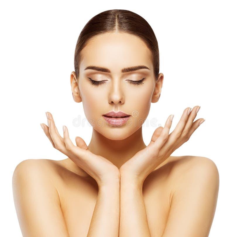 A cara da mulher entrega a beleza, olhos da composição dos cuidados com a pele fechados, compõe fotografia de stock royalty free