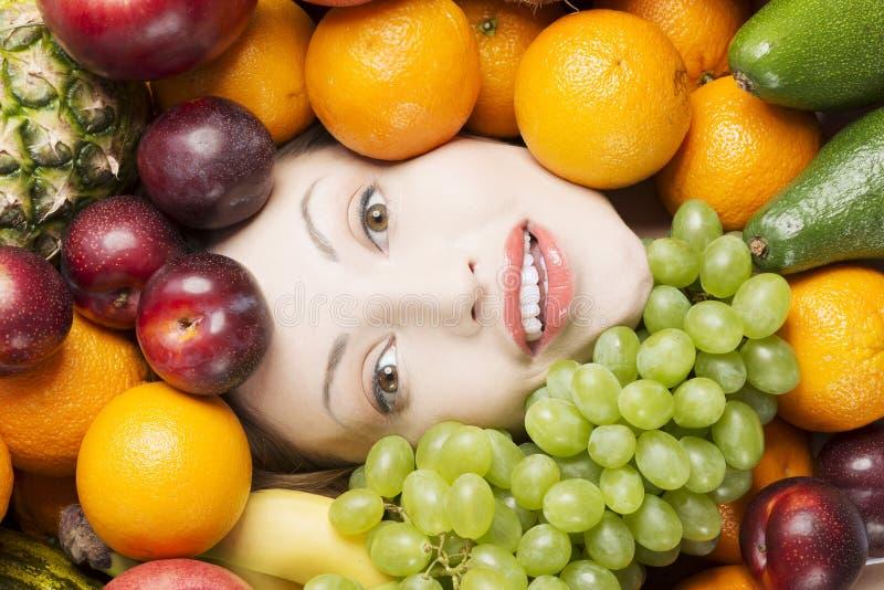 Cara da mulher nos frutos fotos de stock