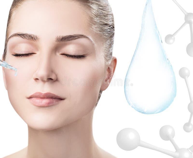 Cara da mulher perto da gota da água com moléculas rendição 3d fotografia de stock
