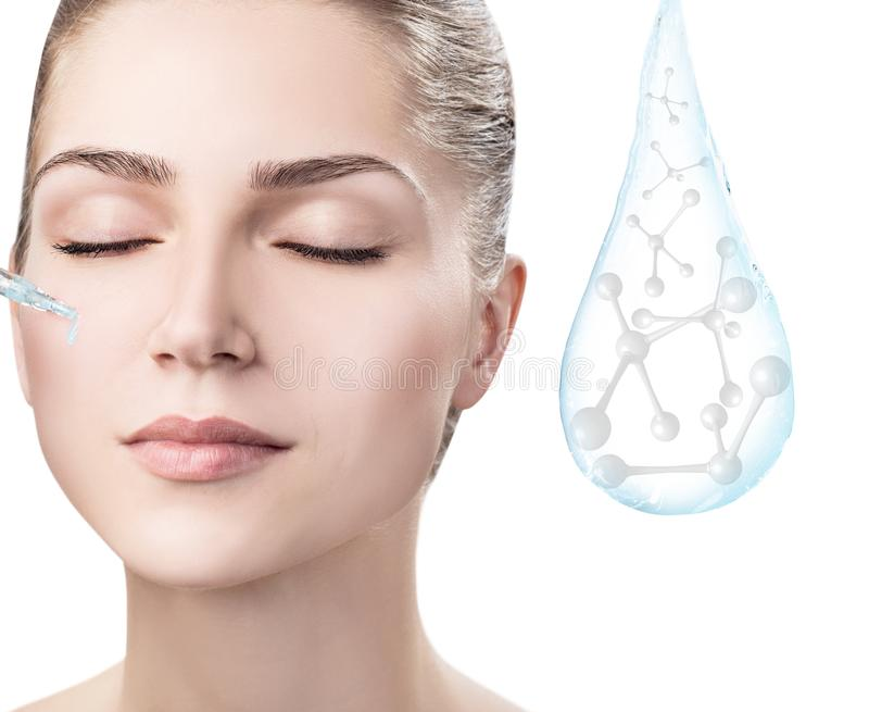 Cara da mulher perto da gota da água com moléculas rendição 3d imagens de stock