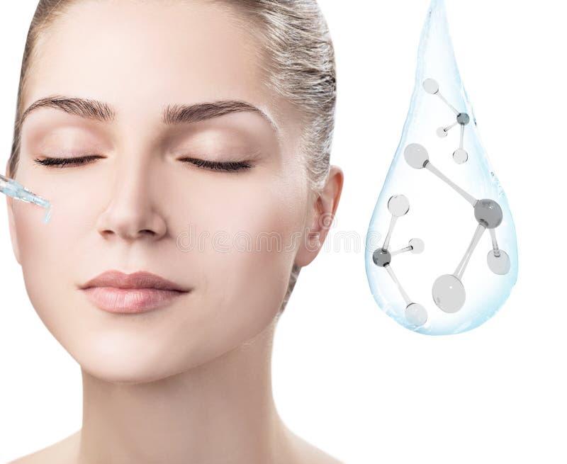Cara da mulher perto da gota da água com moléculas rendição 3d foto de stock royalty free