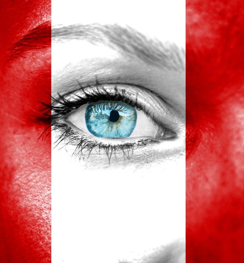 Cara da mulher pintada com a bandeira do Peru fotografia de stock royalty free