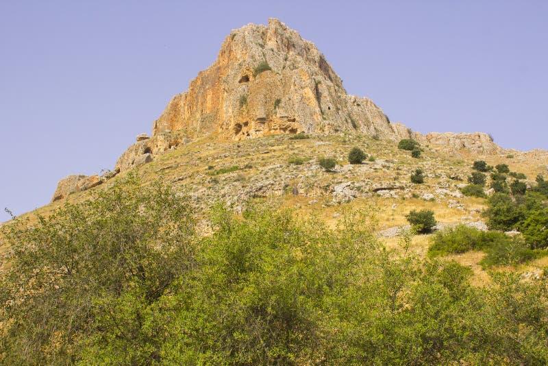 A cara da rocha da montagem Arbel n o vale das pombas em Israel imagem de stock