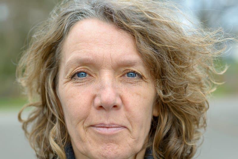 Cara da senhora envelhecida média de olhos azuis fotos de stock royalty free