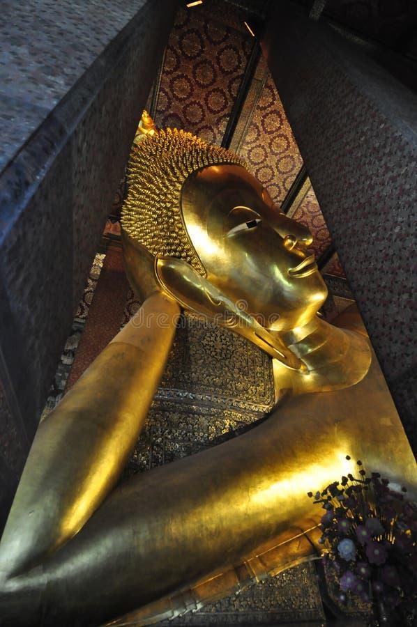 Cara de descanso de la estatua del oro de Buddha Wat Pho, Bangkok, Tailandia fotos de archivo