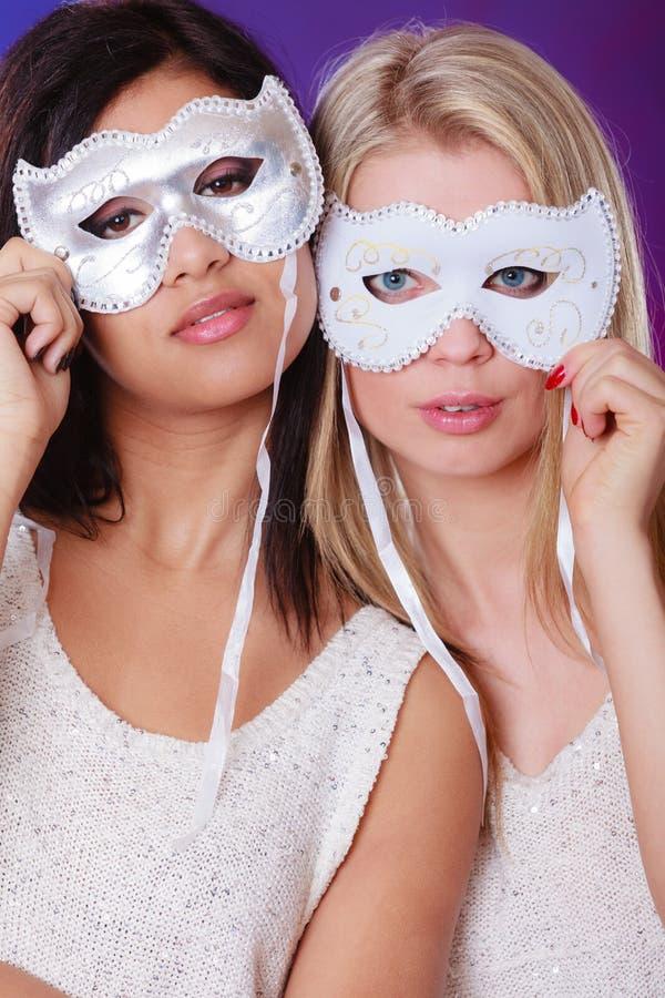 Cara de dos mujeres con las máscaras venecianas del carnaval fotografía de archivo