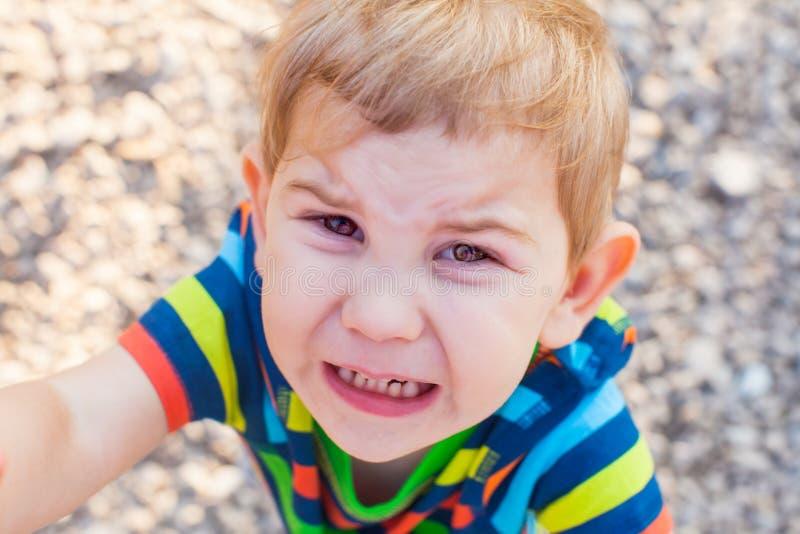 Cara de grito emocional do bebê, criança ascendente do fim imagem de stock royalty free